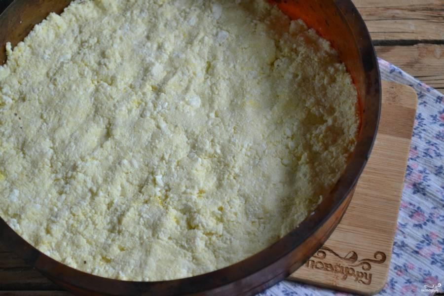 Выложите творожную массу ровным слоем в форму для запекания, смазанную сливочным маслом или маргарином. Запекайте в духовке 20-25 минут до румяной корочки и плотной середины.