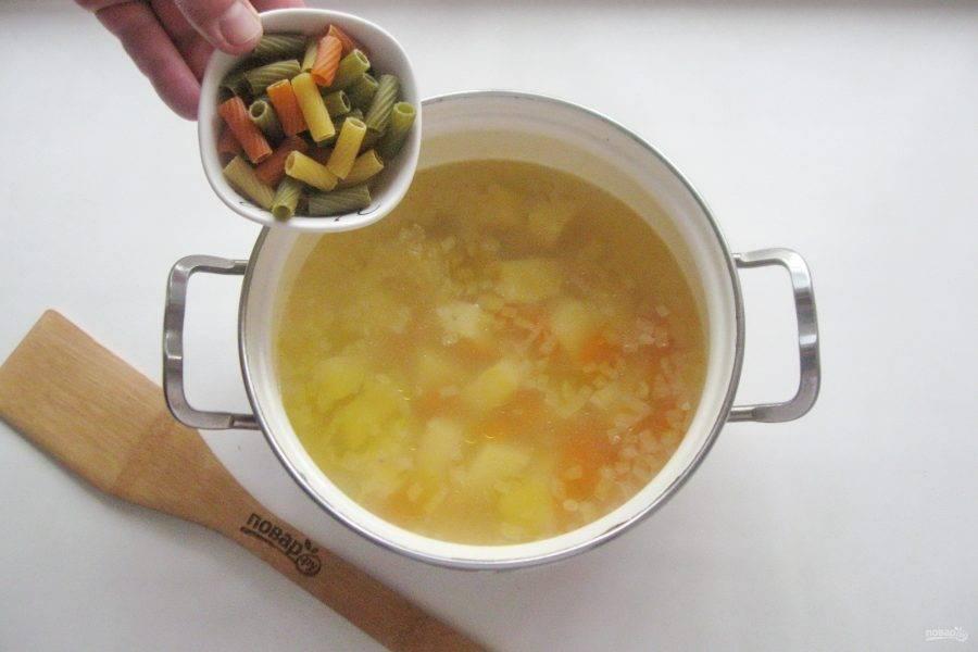 Когда овощи будут почти готовы, отправьте в кастрюлю макароны.