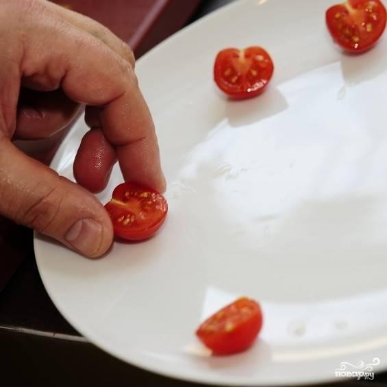 Чтобы салат казался более вкусным, подадим его красиво, как в ресторане. Нарежем помидоры черри на половинки, выложим по краям сервировочной тарелки.