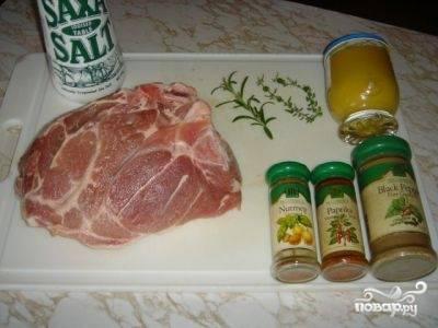 Подготовьте все необходимые ингредиенты для блюда. Лучок очистите, а мясо вымойте, обсушите и зачистите от пленок и жилок.