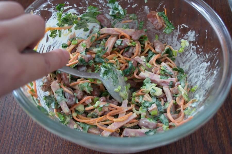 6. Заправляем салат майонезом. Добавляем соль и перец по вкусу и подаем к столу.