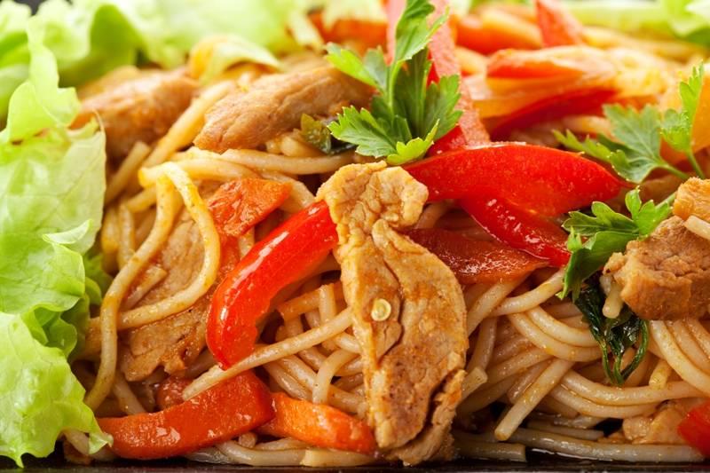 """5. Так выглядит классический рецепт """"Макароны со свининой"""". Если готовите спагетти со свининой, можете обжарить мясо с болгарским перцем или помидорами, а в конце украсить все зеленью."""