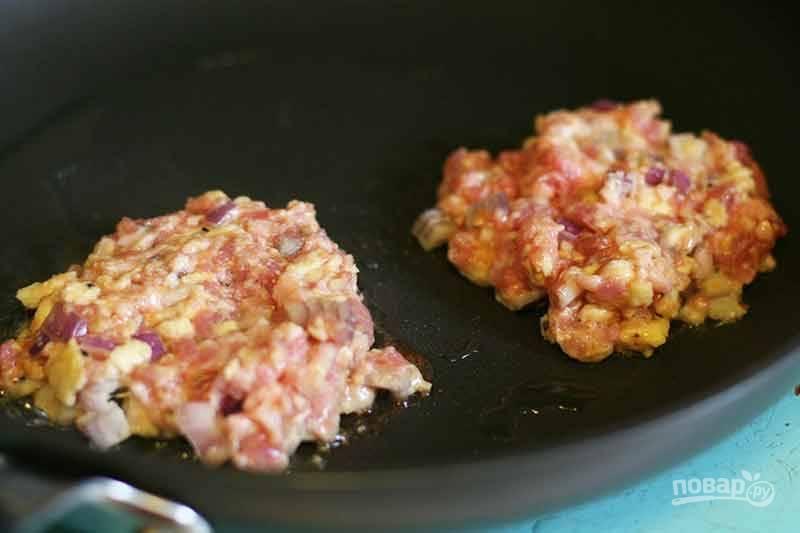 2.Разогрейте сковороду с растительным маслом. Руками возьмите небольшую часть фарша и сформируйте котлетку, выложите их на разогретую поверхность.