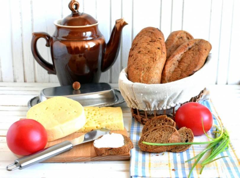 Лучше дать багетам созреть несколько часов, они станут вкуснее. Я обычно пеку на ночь, а утром подаю к завтраку.
