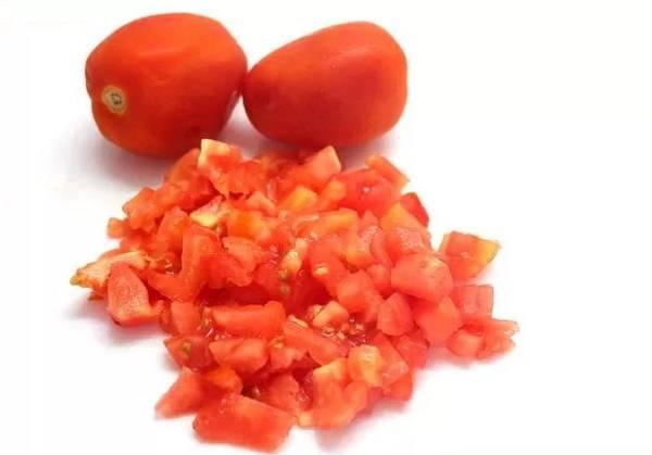 2. Вымойте и нарежьте мелкими кубиками помидоры. Лучше предварительно очистить их от кожуры.
