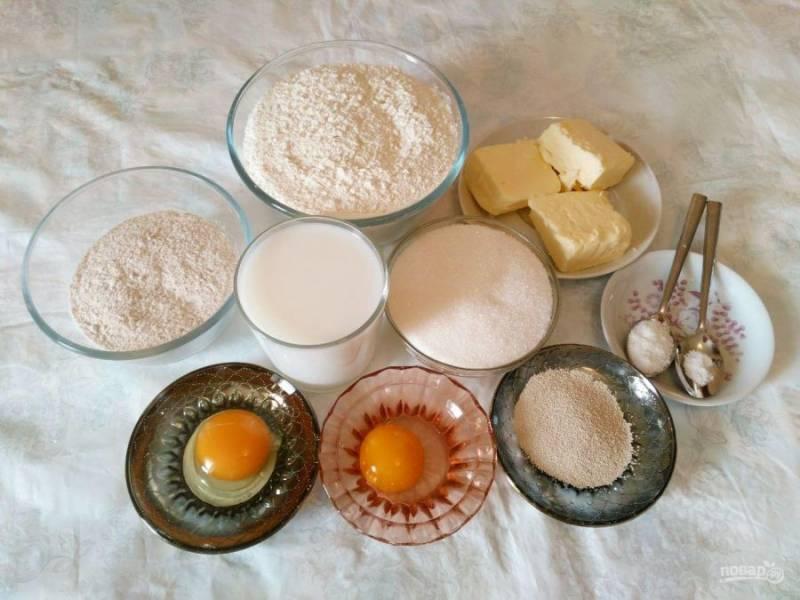 Подготовьте необходимые ингредиенты. При этом учитывайте, что цельнозерновую муку можно заменить ржаной, кукурузной или обычной белой пшеничной мукой.