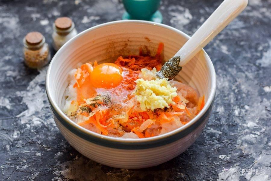 Вбейте следом куриное яйцо, добавьте соль, перец, чеснок. Перемешайте все и сформируйте небольшие тефтели.