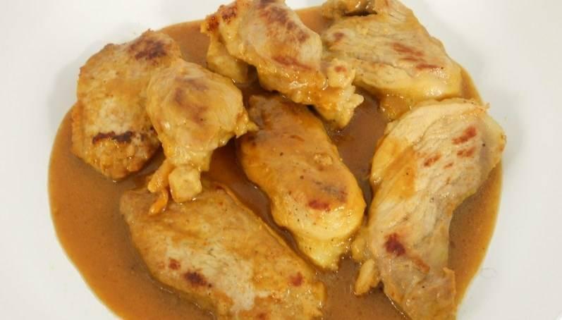 Оставьте мариноваться часа на 3. Затем сначала обжарьте мясо в небольшом количестве масла, а потом влейте оставшийся маринад и проварите на сковороде вместе с мясом минуты 3.