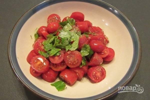 4.Отдельно нарежьте помидоры, добавьте соль, перец, базилик, немного оливкового масла и перемешайте.