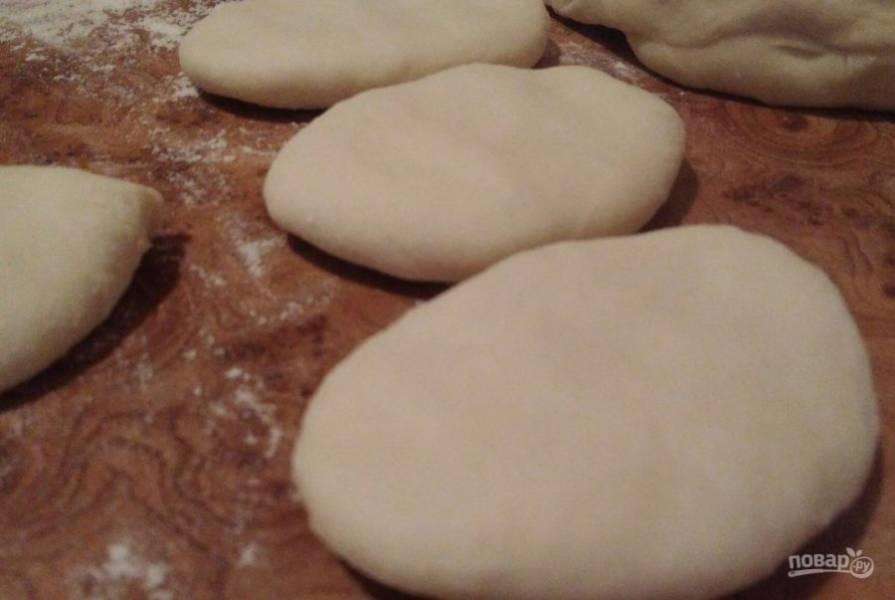 6. Положите швом к низу и немного пройдитесь скалкой. Это делается для того, чтобы придать равномерность пирожкам.