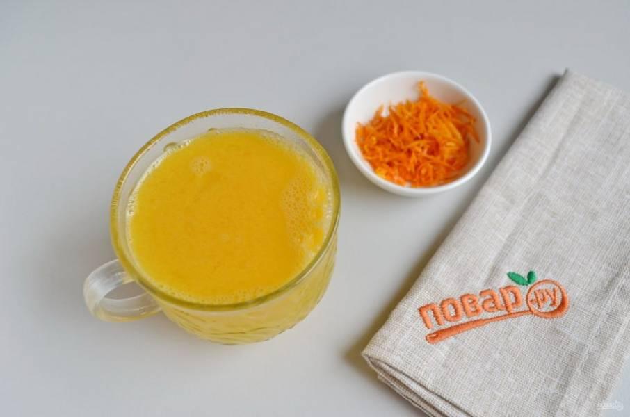 10. Пока сахар на плите, вымойте апельсины, снимите цедру и отожмите сок.