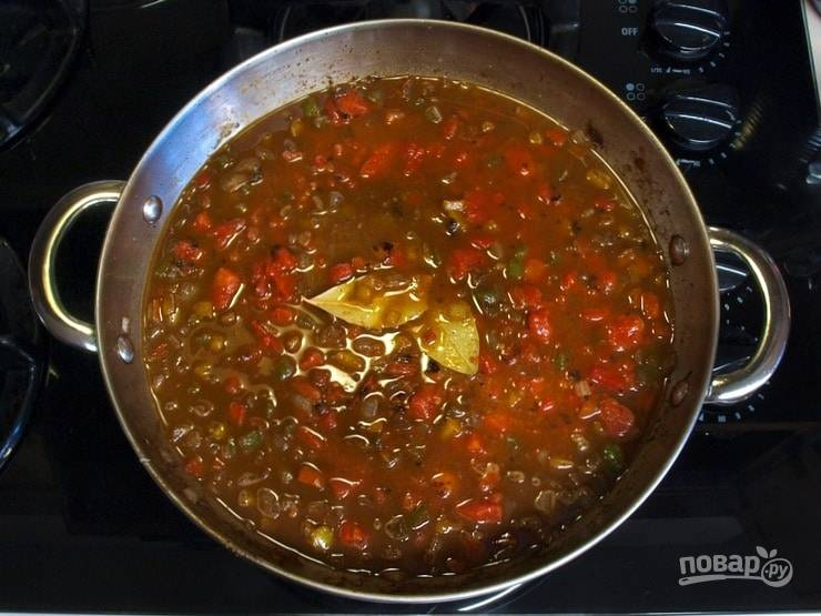 3. Потом в сковороду добавьте мелко нарезанные помидоры, хрен, смесь специй, сахар, лавровый лист и влейте бульон. Доведите соус до кипения, а потом варите 5 минут.