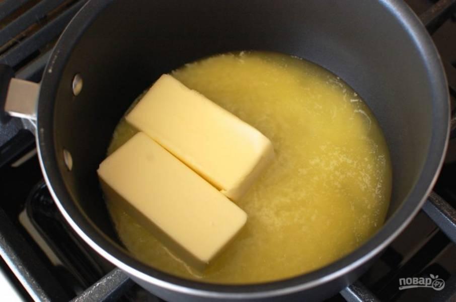 1.В кастрюлю выложите сливочное масло и отправьте на огонь.
