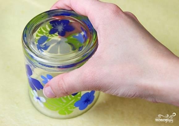 7. Большим стаканом вырежьте кружочки.