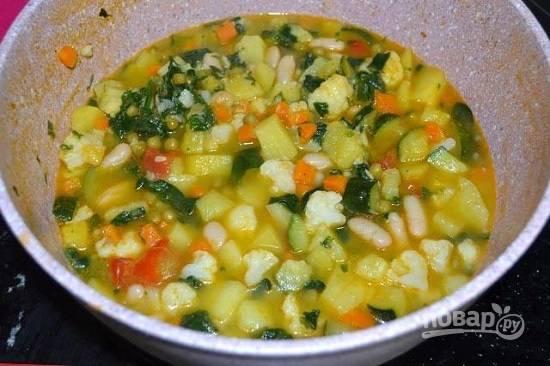 И продолжаем варить на очень маленьком огне еще минут 30-35. За это время некоторые овощи разварятся и суп станет густым и насыщенным.