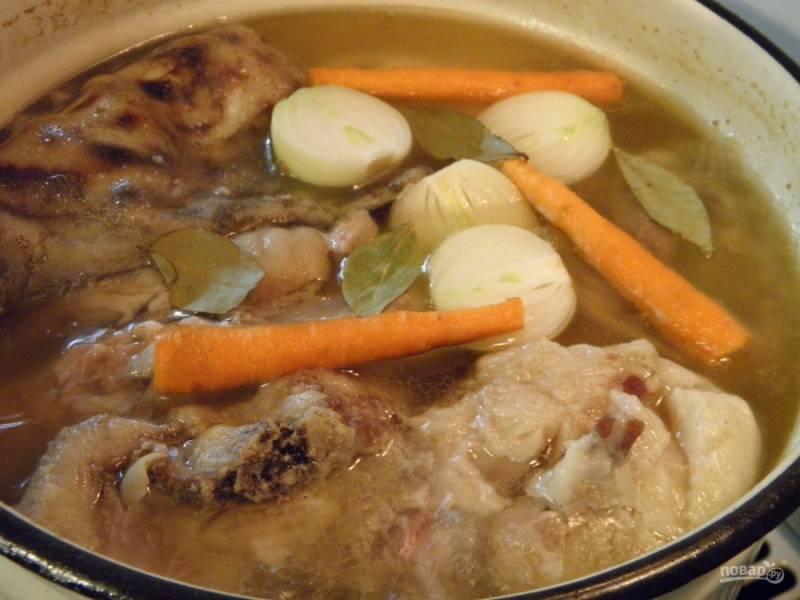 За час до конца варки мяса положите в бульон очищенные лук и морковь, соль, лавровый лист и перец горошком. Варите дальше холодец.