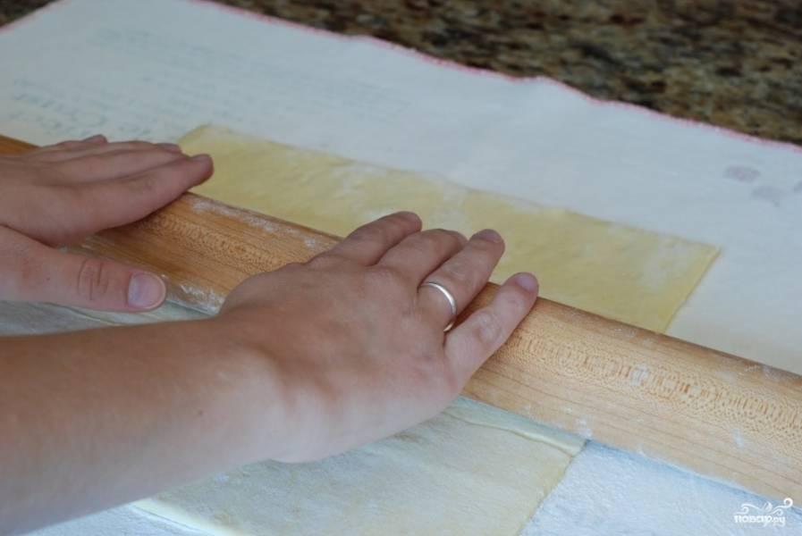 Лист слоеного теста размораживаем и раскатываем до нужной толщины. У меня из стандартного листа теста получился прямоугольник размерами примерно 30 на 20 см.