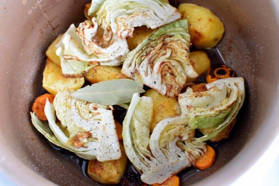 """Отдельно на сковороде обжарьте крупно нарезанную картошку и морковь до корочки. Капусту нарежьте ломтиками через кочерыжку, чтобы листья не распадались и тоже слегка обжарьте. Выньте мясо, уложите овощи слоями, посыпая их солью и перцем по вкусу. Сверху уложите рульку и тушите еще минут 15 до готовности овощей. Затем дайте постоять с полчаса в режиме """"Сохранения тепла""""."""