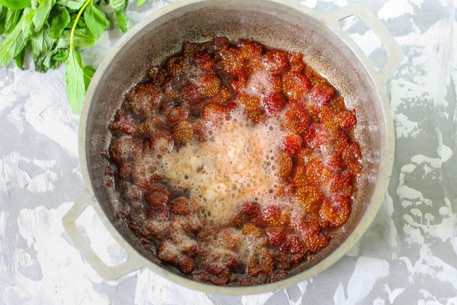 Снова поместите емкость на плиту. За время остывания ягодки втянут сладкий сироп в себя. Отварите варенье на минимальном нагреве примерно 10 минут до необходимой густоты. Чем дольше будете его готовить, тем гуще оно получится.