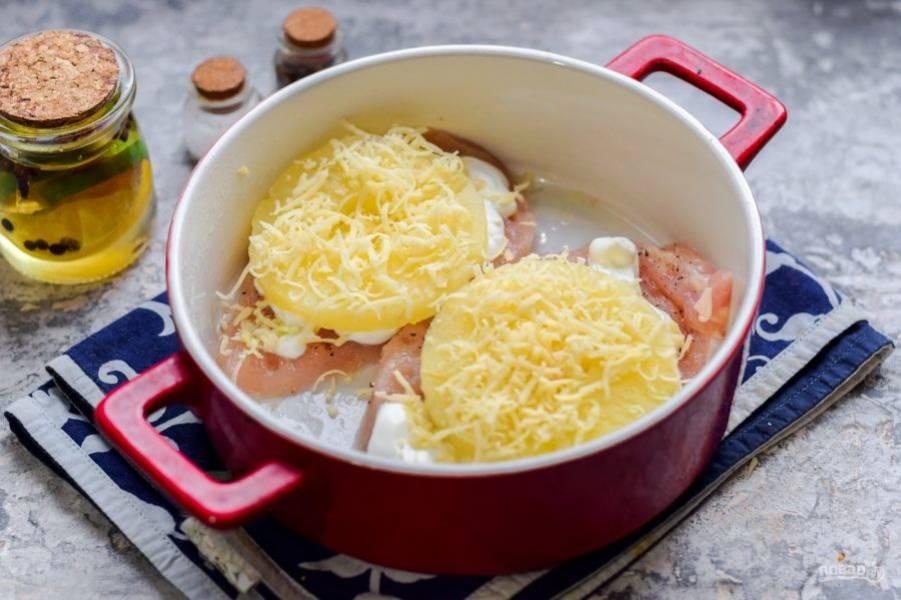 Натрите легкий сыр мелкой стружкой, посыпьте каждую заготовку. Запекайте курицу в духовке 25 минут при температуре 180 градусов.