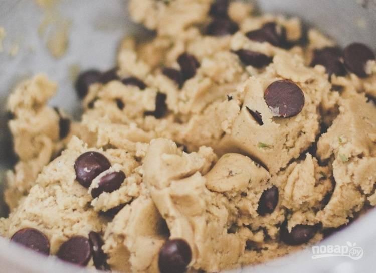 3.Смешайте масляную и мучную смеси, а также добавьте чипсы шоколада и 2 мелко нарезанных листочка эстрагона. Отправьте тесто на полчаса в холодильник.