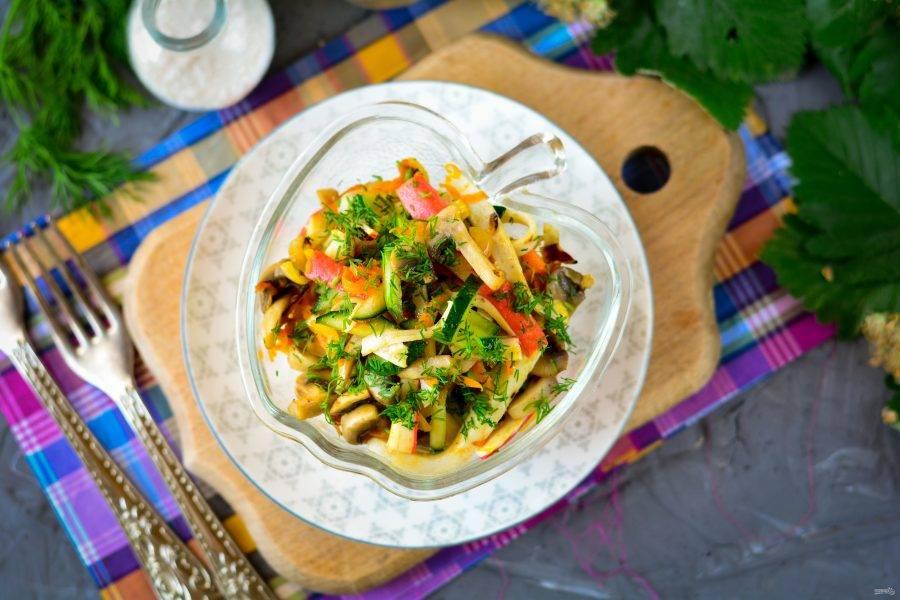 Салат сразу переложите в порционную посуду, добавьте сверху свежую зелень и подавайте к столу. Приятного аппетита!