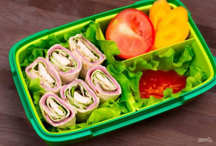 4. После этого заверните лаваш в рулет и скрепите край с помощью сливочного или творожного сыра. Разрежьте рулет на небольшие порции. Приятного аппетита!