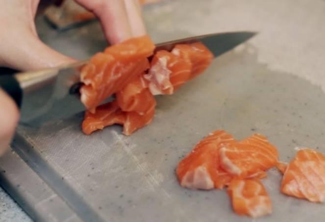 Филе форели нарезаем небольшими кусочками.