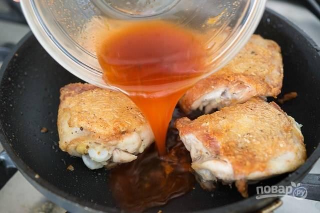 5. Когда курица будет почти готова, влейте к ней приготовленный соус.
