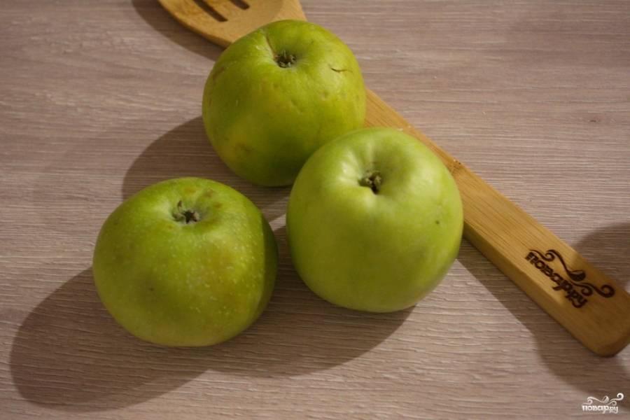 Яблочки нужно вымыть. Срежьте яблочную мякоть с кочанчика.