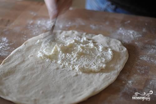 2. Смажьте половину теста Рикоттой (также можете добавить в рецепт приготовления кальцоне с брокколи другой сыр по вкусу).