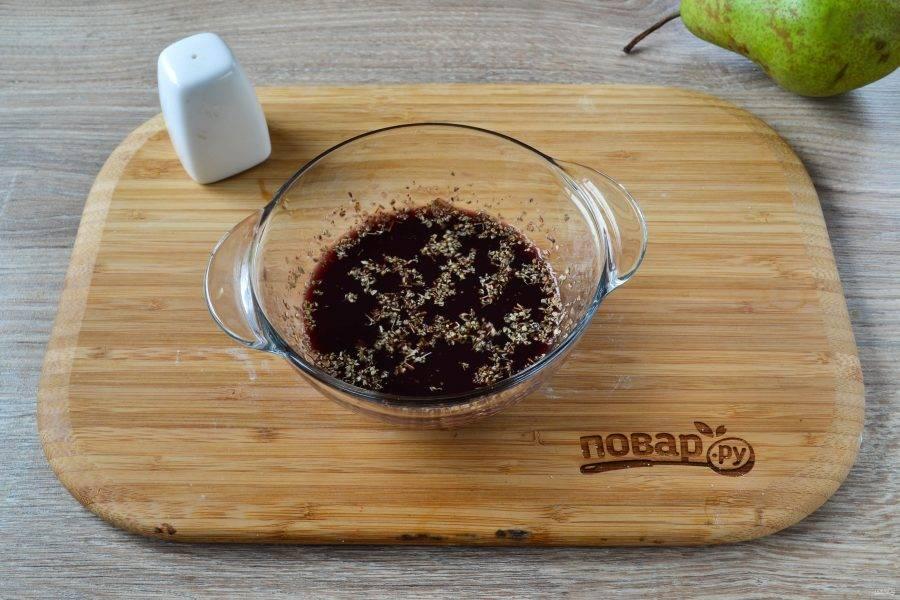 Для маринада смешайте вино, лук, добавьте все специи, перемешайте. Соль не добавляйте!