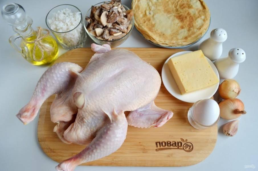 Подготовьте продукты: курицу тщательно вымойте, удалите с ножек желтую кожицу, остатки перьев. Нажарьте блинов по любимому рецепту, отварите рис в подсоленой воде и остудите.