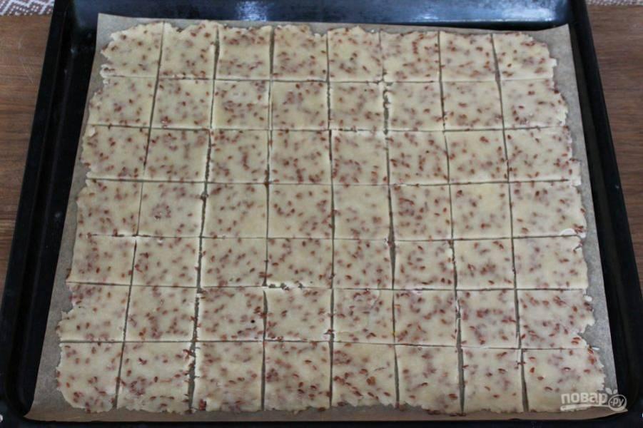 Нарезаем тесто на квадраты. Пергамент с тестом перекладываем на противень для запекания и отправляем в разогретую духовку на 8-10 минут. Готовим при температуре 180 градусов.