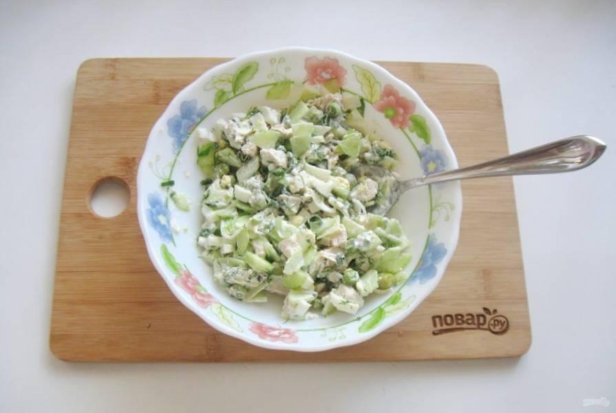 Перемешайте все компоненты салата.