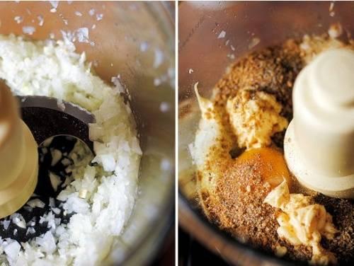 Самый быстрый способ приготовить фарш для котлет — сделать это с помощью кухонного комбайна. Если его нет, тогда понадобится мясорубка.  Итак, в чашу помешаем  нарезанный лук и измельчаем его. Добавляем панировочные сухари, одну столовую ложку майонеза, яйца, специи и включаем комбайн на 10—15 секунд.