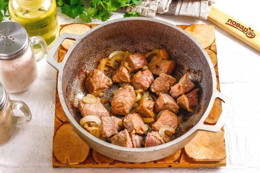 """Обжарьте говядину с мясом примерно 2-3 минуты, чтобы кусочки мяса """"запечатали"""" мясной сок внутри."""