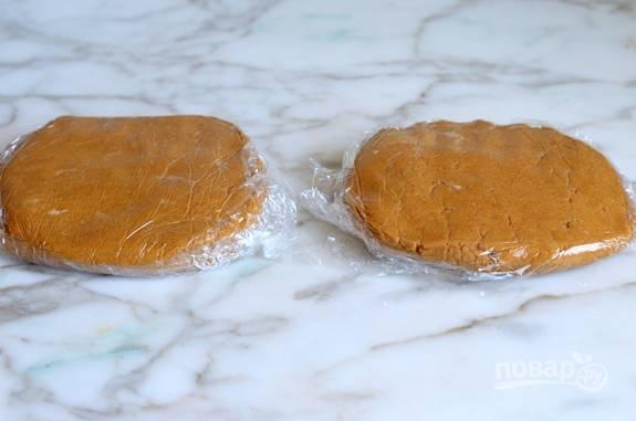 Потом разделите полученную массу на два диска. Заверните их в пищевую плёнку, и уберите на 1 час или более в холодильник.