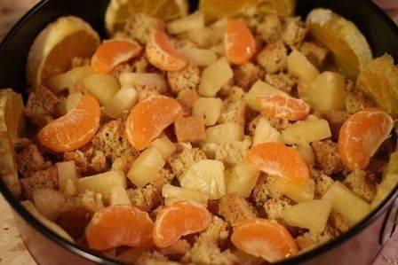 Затем выкладываем часть бисквитных кусочков и  часть фруктов.