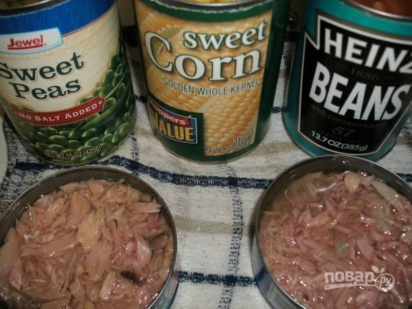 2.Открываю консервированную фасоль, кукурузу и тунец. Отвариваю куриные яйца и нарезаю их кольцами.