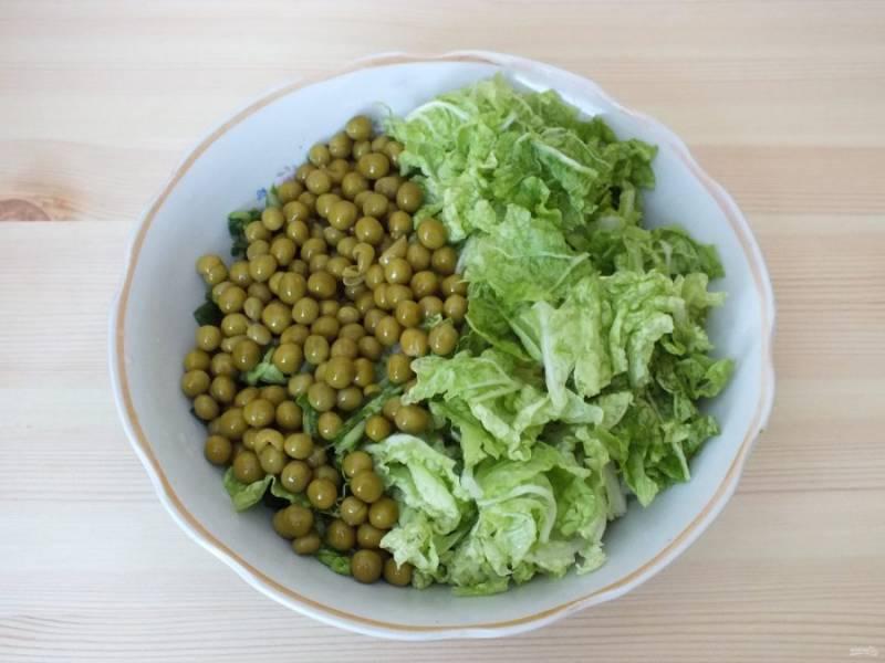 Капусту нарвите руками. Добавьте в салатник. Туда же отправьте зеленый горошек.