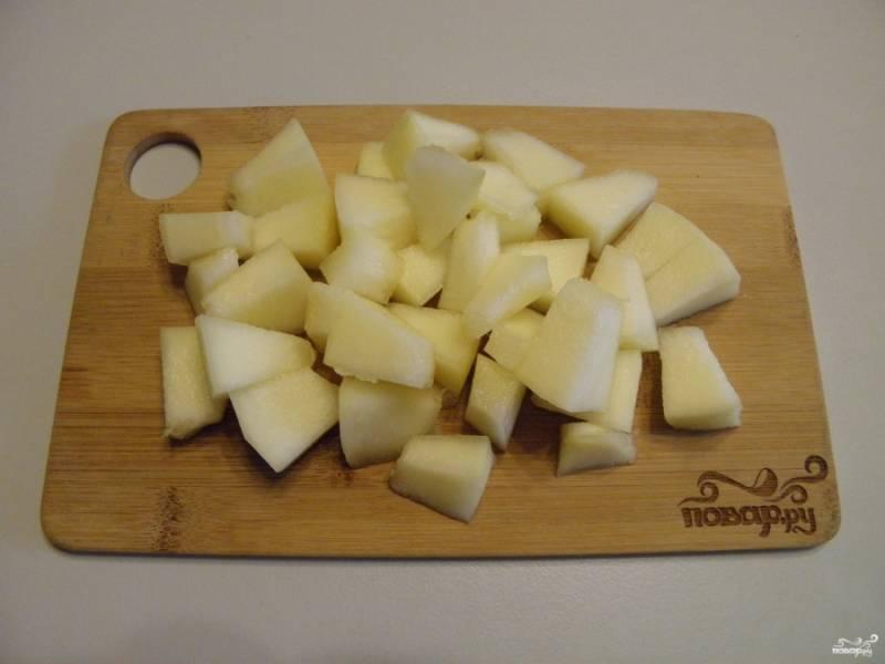 Дыню очистите от кожуры, внутри удалите семена и волокна. Оставьте только плотную мякоть для консервации. Порежьте кубиками.