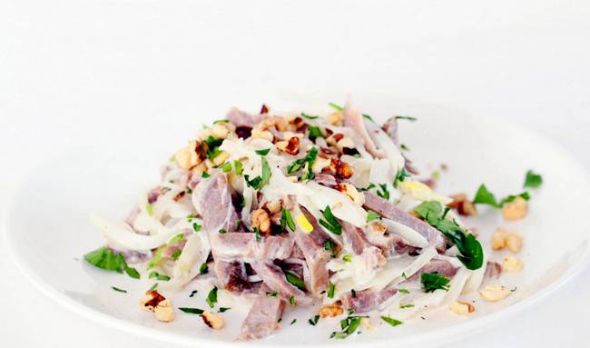 Перед подачей на стол присыпаем салат грецкими орехами и измельченной зеленью. Приятного аппетита!