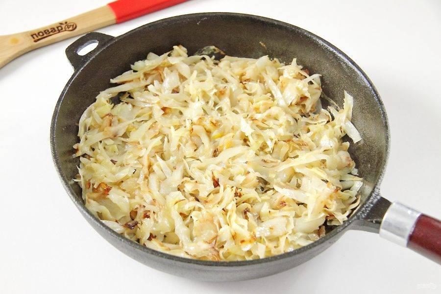 Нарежьте капусту соломкой. Лук нарежьте кубиками. Обжарьте капусту с луком на сковороде до желаемой степени готовности. В конце добавьте соль и перец по вкусу. Дайте начинке немного остыть.
