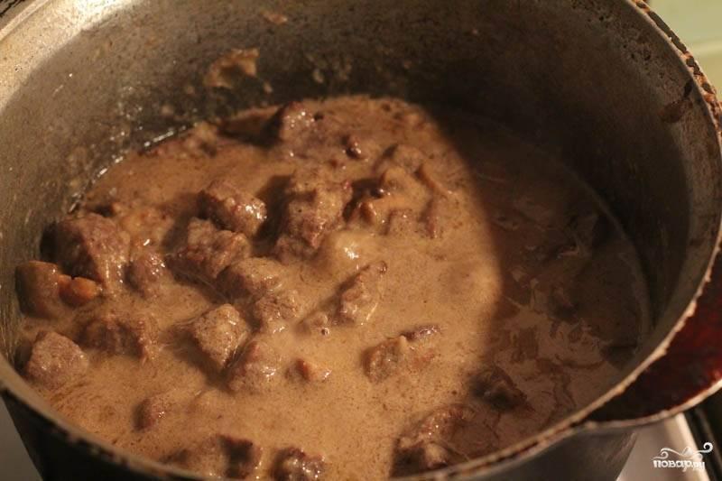 Влейте соус в мясо, тушите еще минут 15.