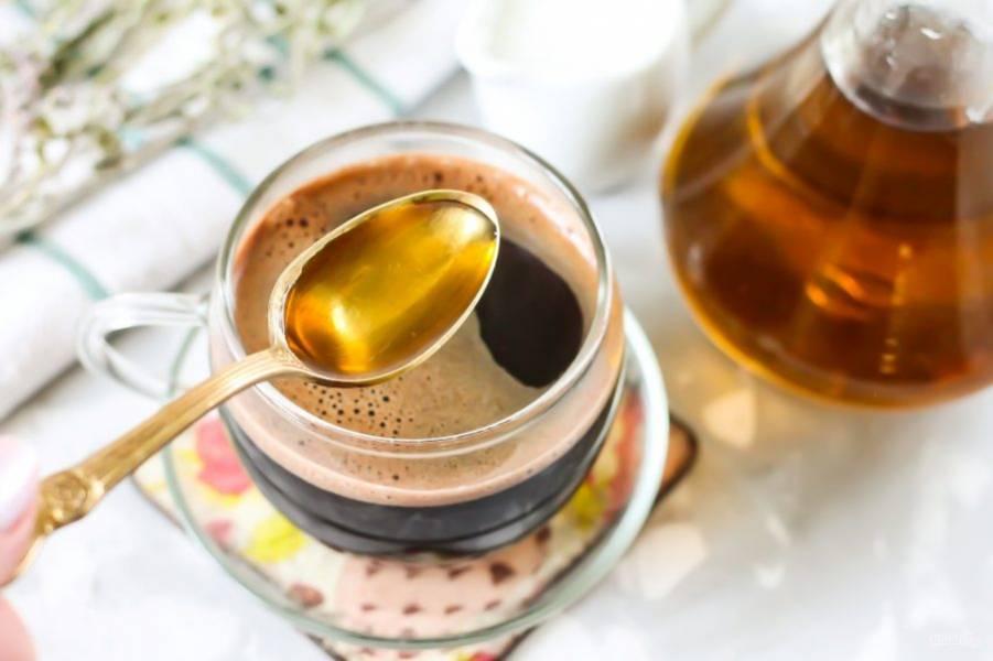 В каждую чашку добавьте по 1 ч.л. мятного сиропа. Перемешайте и попробуйте напиток на вкус. Если вы - сладкоежка, то добавьте еще немного сахара. По желанию сахар можно вообще не добавлять, так как мятный сироп очень сладкий.
