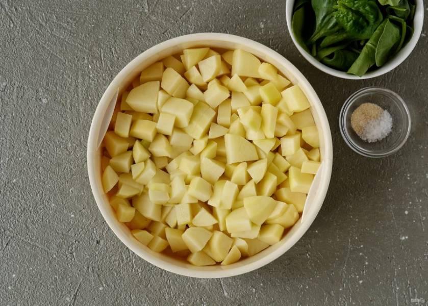 Картошку очистите и порежьте на мелкие кубики. Готовьте картошку на пару 15 минут.