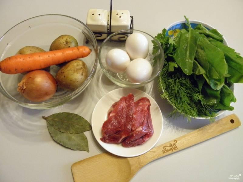 Подготовьте продукты для супа и бульона. Постный суп варите просто на воде или овощном отваре. Для мясного бульона отварите нежирные кусочки телятины или курицы с солью и лавровым листом. В конце варки бульона удалите лавровый лист. Время варки зависит от выбранного мяса. Куриный бульон будет готов через 30-40 минут, из телятины — через 1,5 часа.
