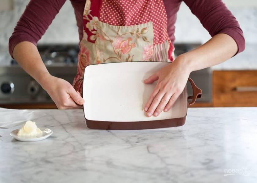 1.Первым делом включите духовку на 200 градусов и оставьте для разогрева. Форму для выпекания смажьте кусочком сливочного масла.