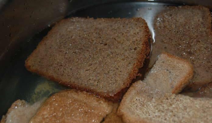 Из хлебушка приготовьте сухари в духовке, обычно это занимает 20-30 минут. Затем кладем сухари в кастрюлю и заливаем их кипятком.
